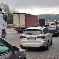 Ovada, autista di tir si addormenta al posto di guida e blocca l'autostrada