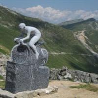 Castelmagno: la strada dell'impresa di Pantani, sulla cima un monumento