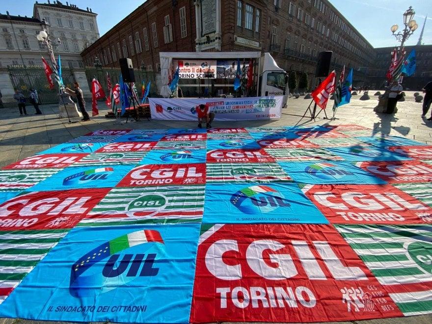 Mille lavoratori in piazza per  la vertenza Torino