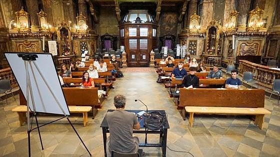 Torino,  il primo giorno di scuola si fa in chiesa: i banchi singoli non sono ancora arrivati