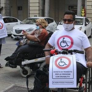 Torino, la protesta dei disabili: fermate la corsa di bici e monopattini selvaggi