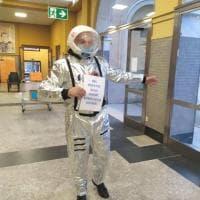 """""""Riaprire le scuole è un'impresa spaziale"""". E il preside si presenta con tuta e casco da astronauta"""