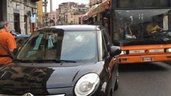 Torino, non vogliono spostare l'auto che blocca il bus e aggrediscono l'autista: denunciati padre e figlio
