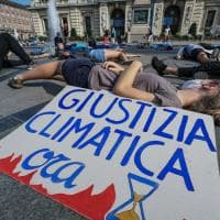 """Morte collettiva"" in piazza Castello: il flash mob ambientalista di Extinction Rebellion"