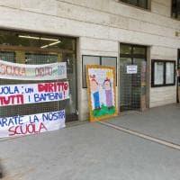 Cigliano, assedio al municipio per chiedere di riaprire la scuola: il sindaco toglie i manifesti