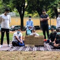 Vercelli, una decina di pakistani abbandonati in un parco in attesa di una