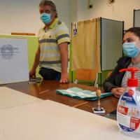 Torino, alle urne al tempo del Covid tra gel, mascherine e (poche) code