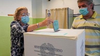 """Torino, alle urne al tempo del Covid:  alle 18,30 ha votato il 28 per cento/      Foto           Video/   in piazza  l'urna simbolica dei """"nuovi italiani"""" che senza ius soli non possono votare"""