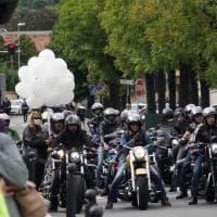 Rivara, addio al piccolo Andrea ucciso dal padre: corteo di bikers, la mamma con la foto del figlio sul cuore