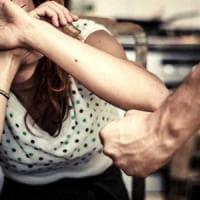 Torino, picchia e accoltella la ex compagna: arrestato