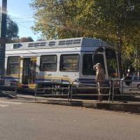 Un martello abbandonato sui binari, deraglia il tram della linea 3