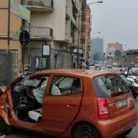 Torino, perde il controllo dell'auto e si schianta contro un palo
