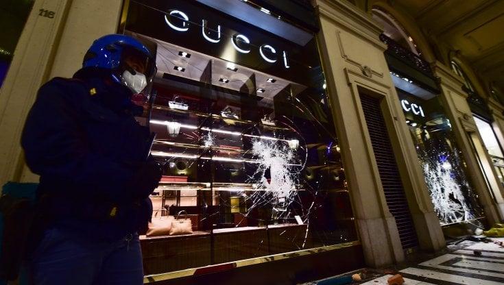 Il centro di Torino scopre le ferite della notte di guerriglia: vetrine sfondate, cassonetti incendiati