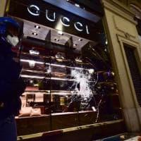Il centro di Torino scopre le ferite della notte di guerriglia: vetrine sfondate,...