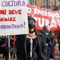 """Torino, Baricco in piazza con gli artisti dello spettacolo: """"Chiusura dei teatri soluzione..."""