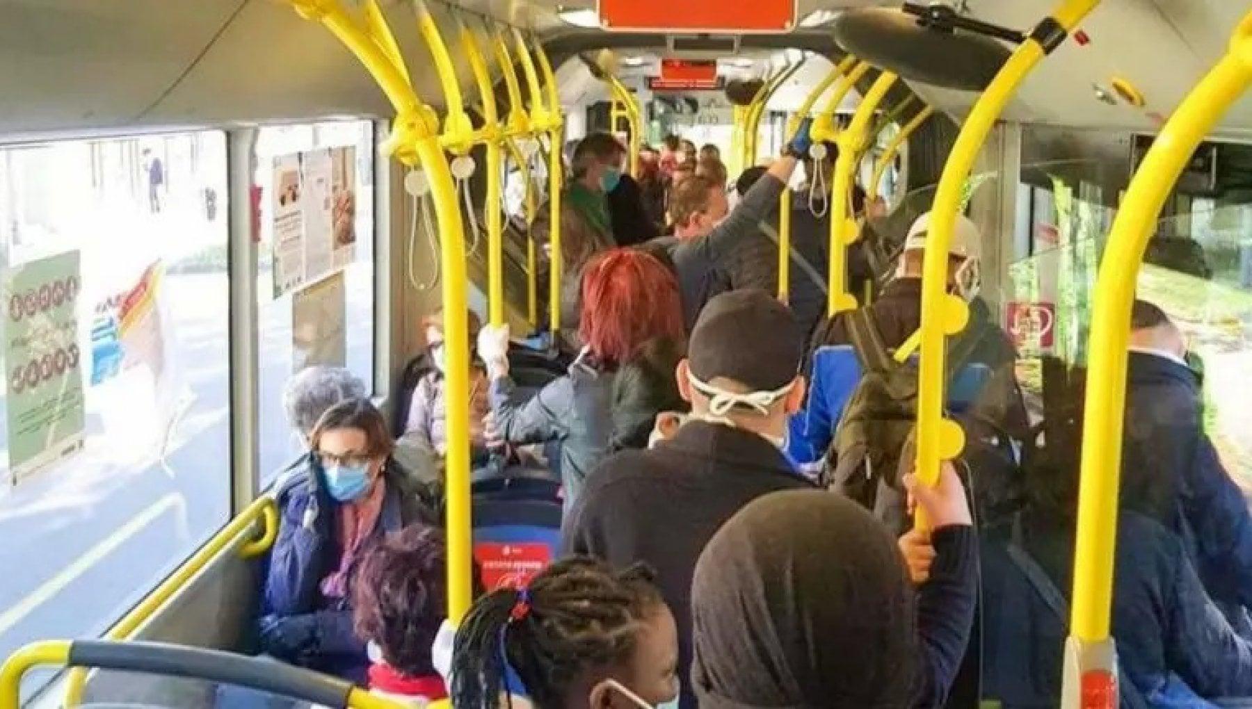 """184700881 961ba8b1 a3ea 4f85 bda2 620a2376e174 - Torino, passeggera sviene sul tram 4, gli amici al telefono: """"E' positiva al Covid"""". Scatta l'allarme"""