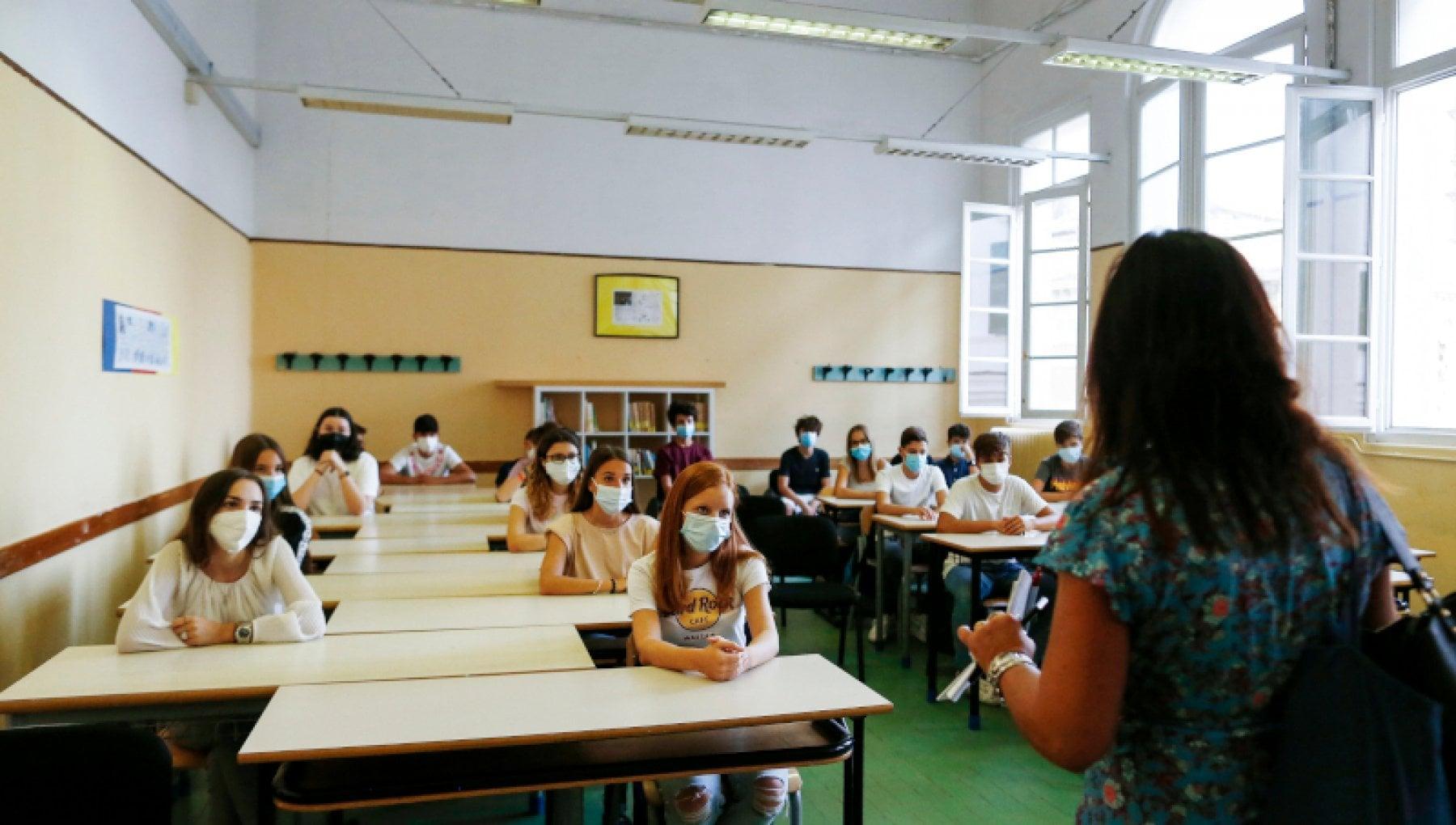 Novara, professoressa rifiuta di indossare la mascherina in classe: sospesa dall'insegnamento