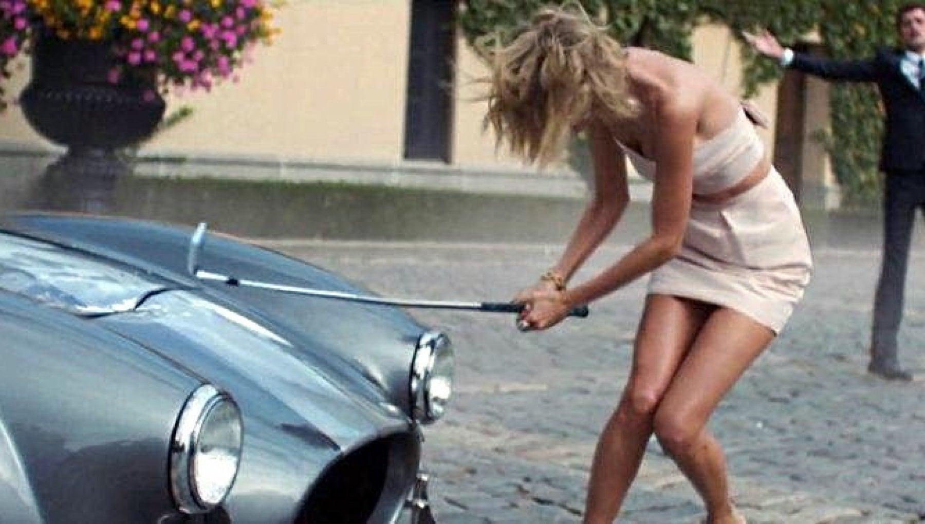 Scopre il marito con l'amante e gli distrugge casa e Maserati: danni per 300mila euro