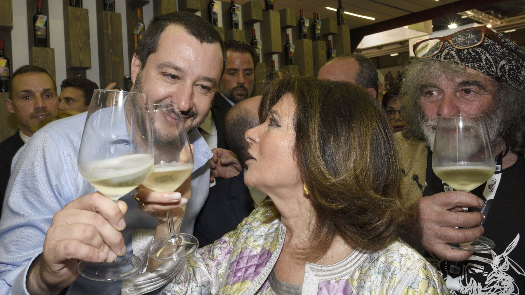 Augura la morte a Berlusconi, Savino: