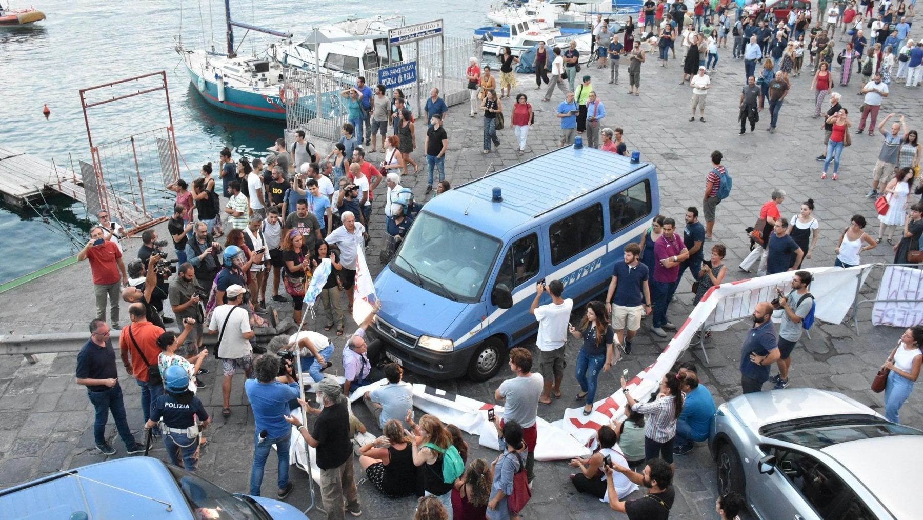 Nave Diciotti, Fico e Guardia Costiera contro Salvini