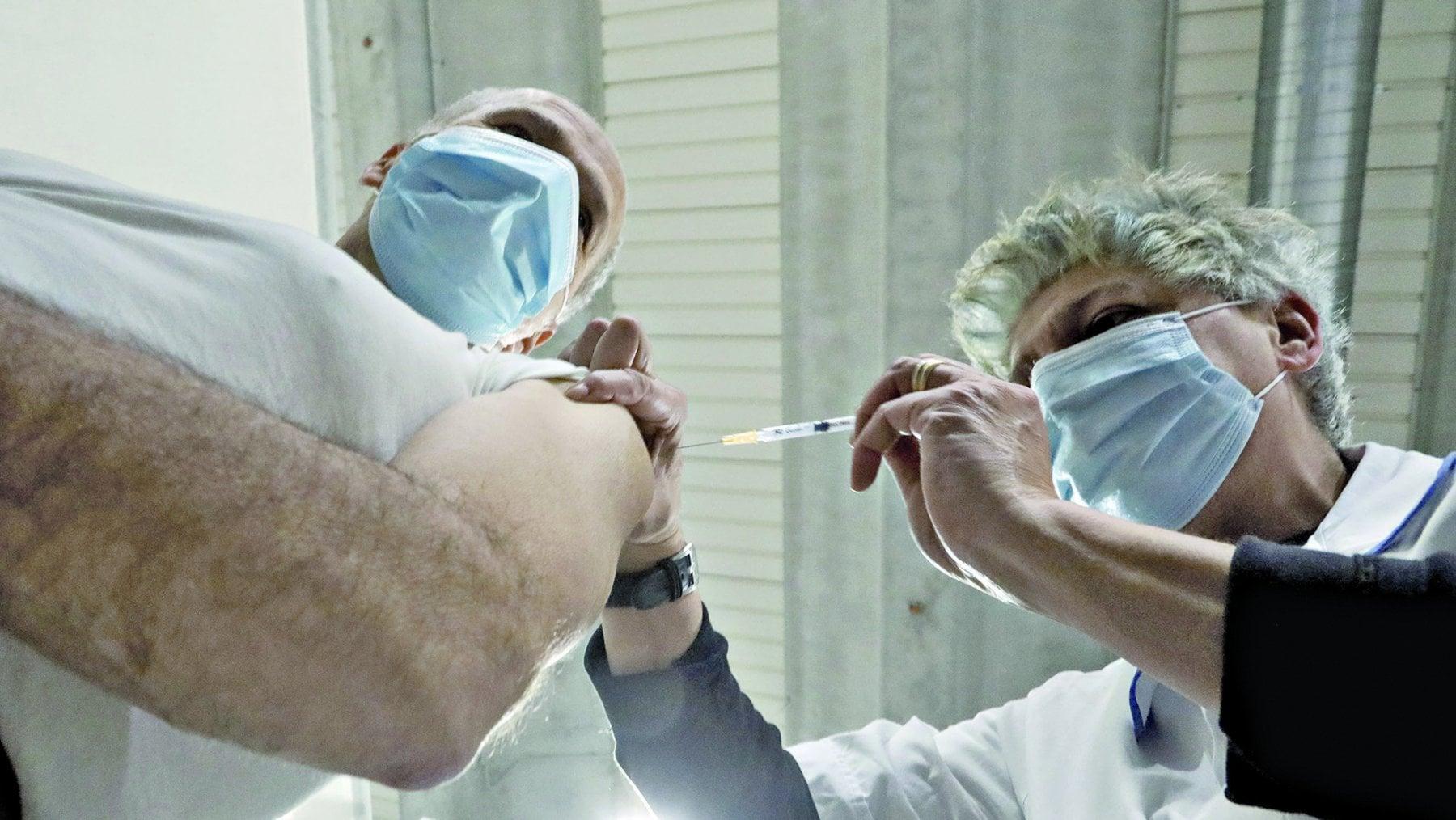 224052211 aec0b2b8 31eb 4fd5 974c 47a062e7e20e - Arriva il terzo vaccino. E i medici si dividono sui tempi del richiamo