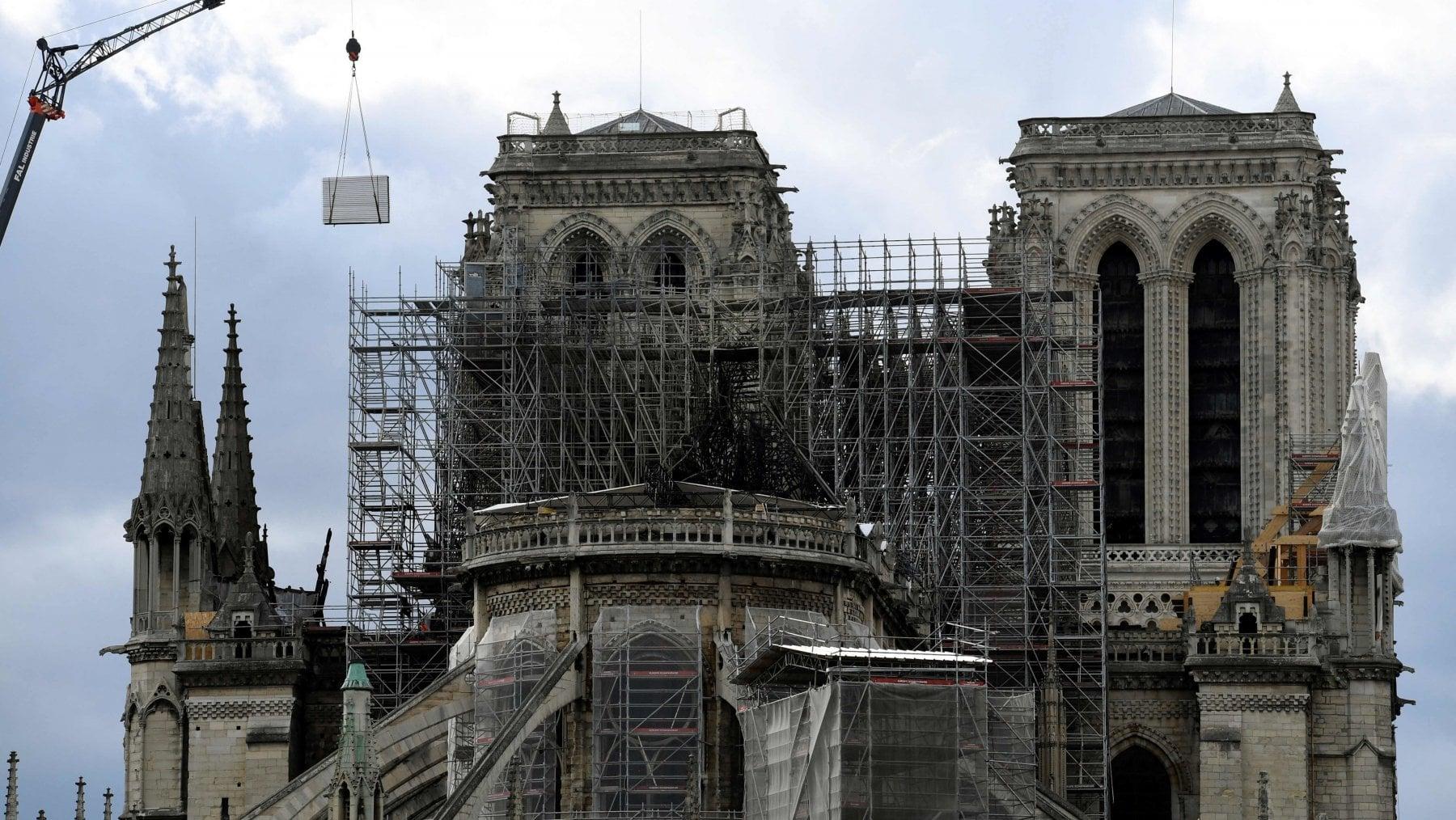 "223505509 e988e81e f782 437b a668 093721a68beb - Francia, Macron sul tetto di Notre-Dame: ""Reggeremo e ricostruiremo"""
