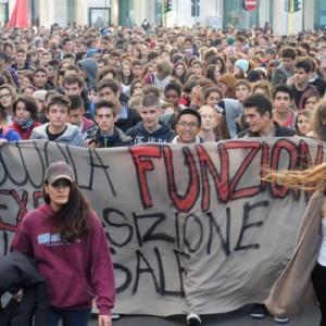 Studenti in piazza contro il decreto scuola.  Cortei e manifestazioni in 70 città italiane