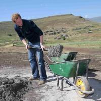 Africa, il principe Harry al lavoro: si costruisce la scuola
