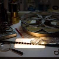 Tra antiche pellicole e labirinti di ingranaggi: il fotoprogetto di Holmes