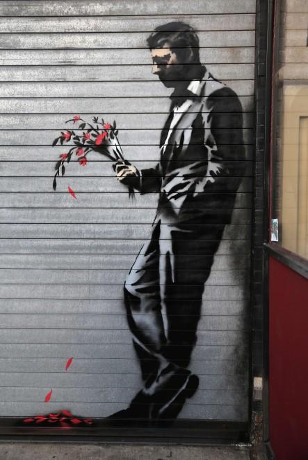 Mazzo Di Fiori Uomo.Una Foto Con Banksy In Posa Con Il Gentleman Dei Fiori