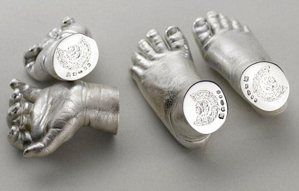 Pippa regala i calchi in argento di mani e piedi del piccolo George