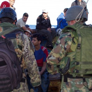 """""""Noi derubati sulla nave militare"""", il giallo del furto ai profughi siriani"""