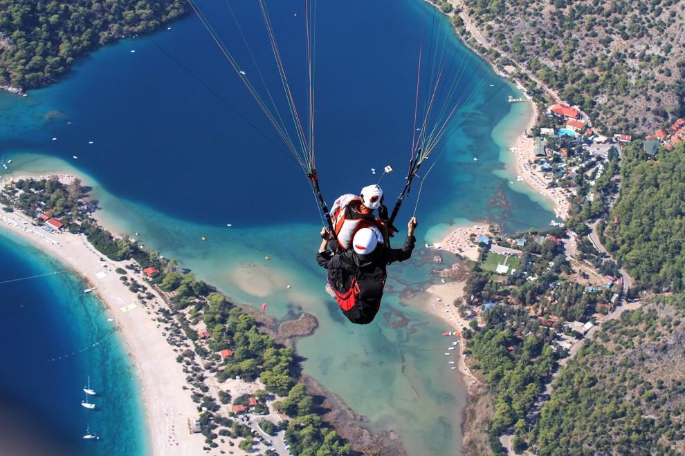 Turchia, è parapendio-mania: in volo sulla Laguna Blu