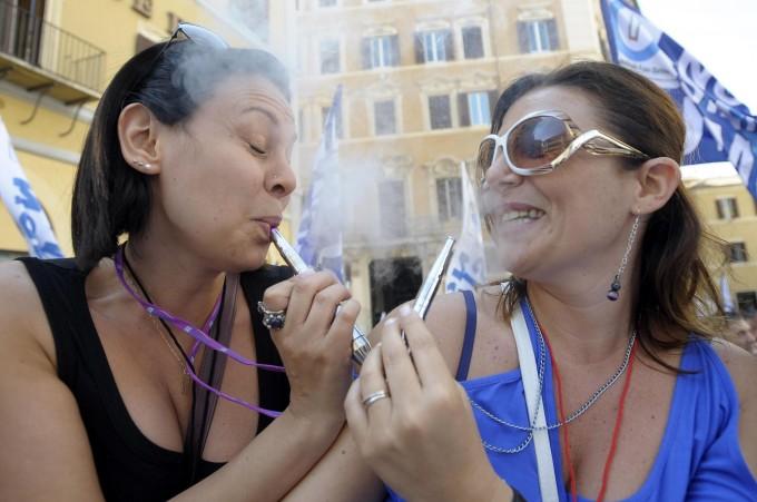 """Sigaretta elettronica, stop al divieto:  nei luoghi pubblici si potrà """"svapare"""""""