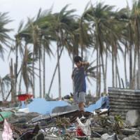Filippine, spari tra polizia e sciacalli. Sale a 2.344 morti bilancio tifone Haiyan