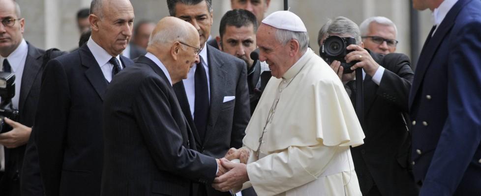 """Napolitano a Papa: """"In Italia clima avvelenato"""". Francesco chiede più sforzi contro la crisi"""