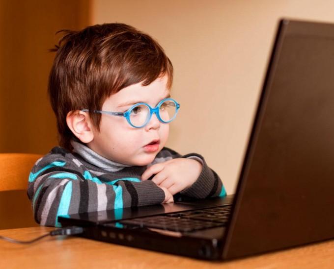 Troppa tecnologia, allarme per i bambini: con tablet e pc mal di schiena già a 7 anni