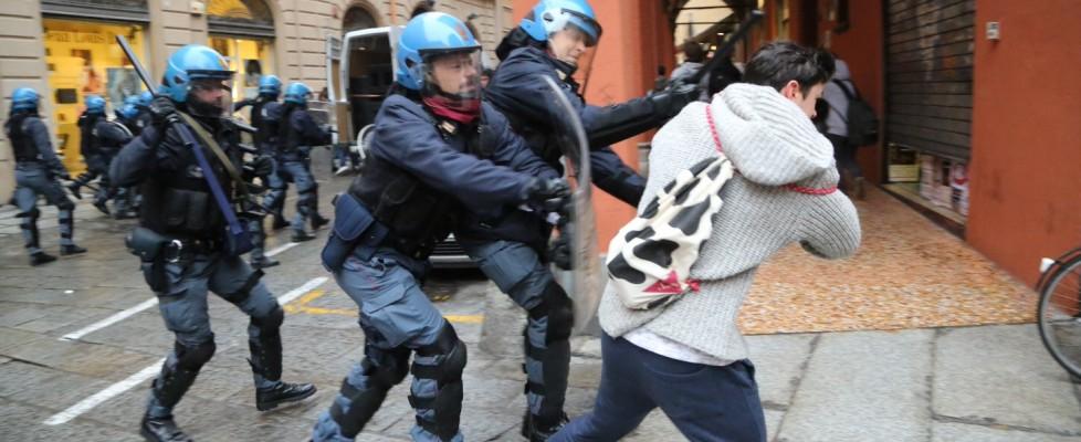 Migliaia di studenti in corteo, tensione e scontri E a Roma blitz con striscione davanti a ministero