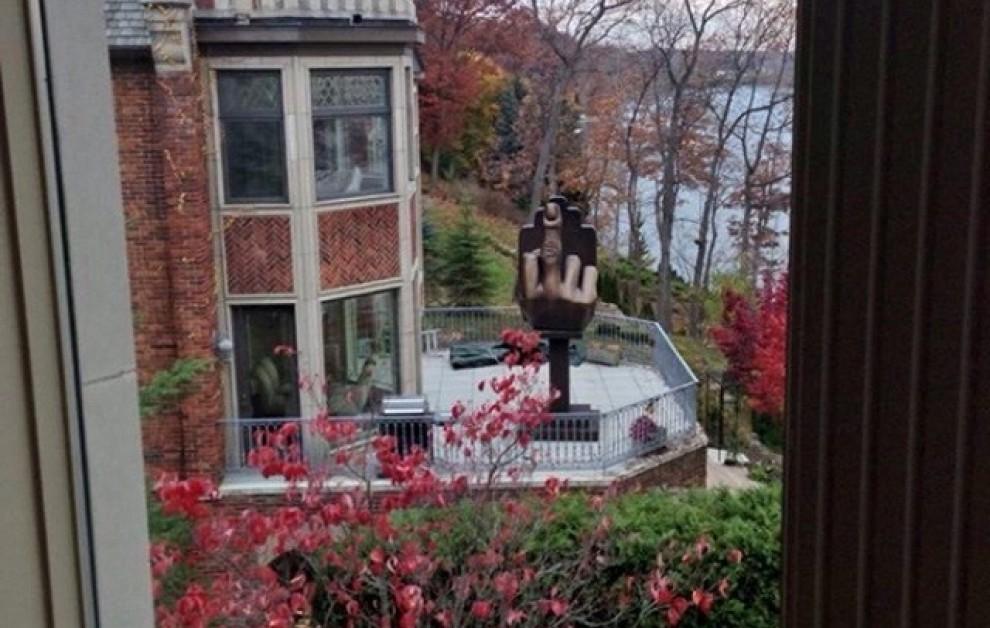 Привет бывшей жене-потаскухе с балкона дома напротив.