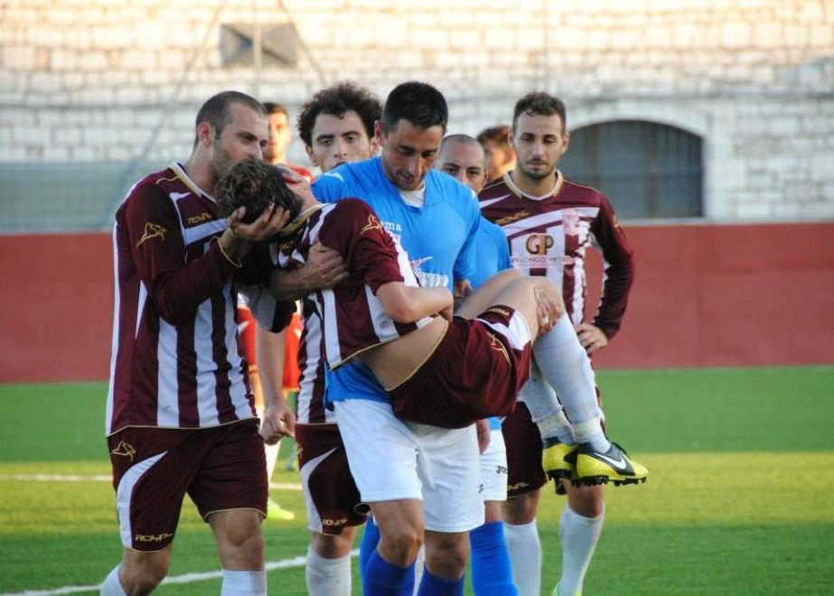Siracusa, il calciatore piange dal dolore L'avversario lo prende in braccio