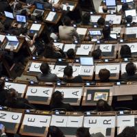 ''Cancellieri a casa'', sui banchi della Camera i cartelli M5S