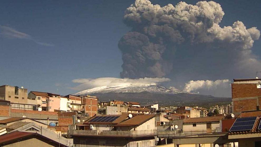 Etna, nuova attività stromboliana: colonna di fumo alta 3 km