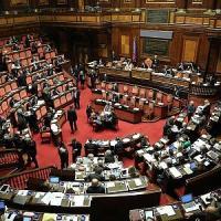 """Berlusconi chiede rinvio voto, ma il Pd: """"In aula il 27"""". E M5S: sopprimere assegno e vitalizio"""
