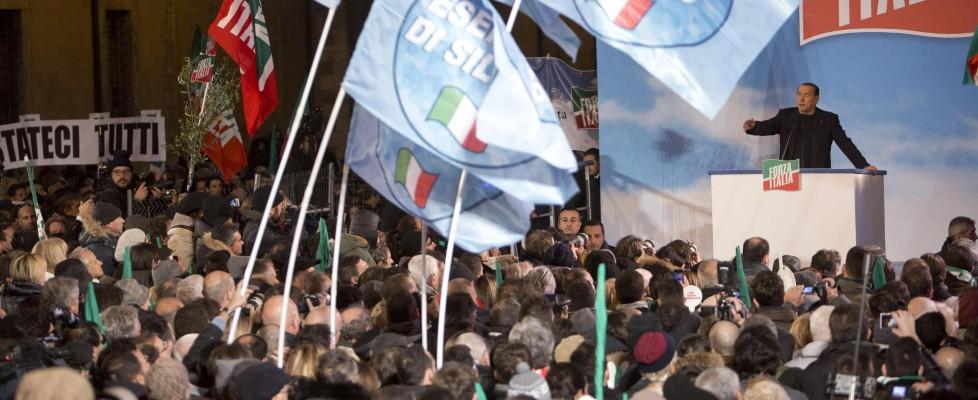 """Decadenza, Berlusconi parla alla sua piazza: """"Giorno amaro, ma noi andremo avanti"""""""