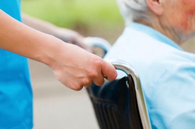 """Tumori, allarme 'ageism': """"Agli anziani negate le cure per età"""""""