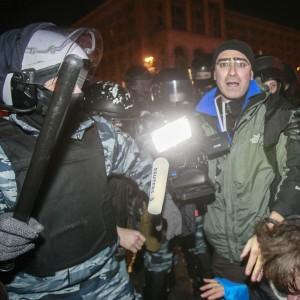 Ucraina, la polizia carica i manifestanti: decine di feriti