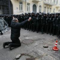 Ucraina, teste cuoio in azione: cariche e manganelli. Manifestanti occupano municipio