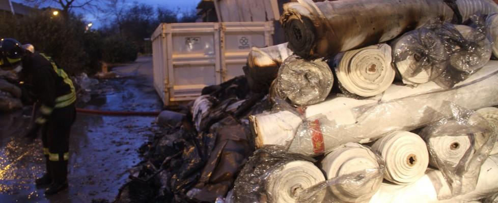 Rogo in una fabbrica di Prato: sette morti nel capannone-dormitorio. Continuano le ricerche
