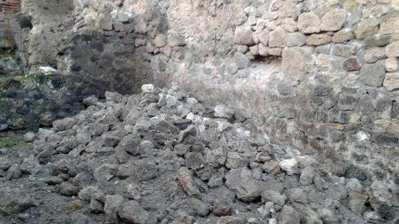 Pompei: nuovi crolli negli scavi, cade muro di una bottega in via Stabiana