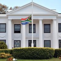 Bandiere a mezz'asta nel mondo per onorare Mandela